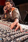 Homme travaillant en Studio d'enregistrement