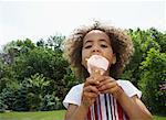 Mädchen essen Eis