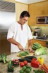 Mann in Küche Vorbereitung Abendessen