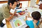 Père regardant enfants peinture