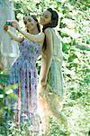 Zwei junge Frauen tragen Sommerbekleidung, im Wald, stehen unter Foto selbst mit Digitalkamera