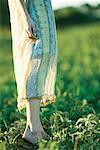 Junge Frau im Freiland, niedrige Abschnitt stehen