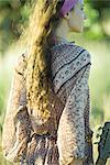 Hippie jungen Frau mit Gitarre, Rückansicht