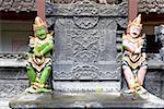 Indonésie, Bali, statuettes à l'entrée d'un temple