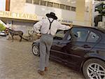 Portugal, Algarve, Tavira, homme habillé en costume traditionnel et les voitures modernes