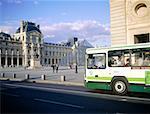 France, Paris, bus en face du Musée du Louvre