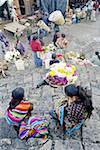 Marché de Chichicastenango, Guatemala, produits du terroir en vente devant l'église de Santo Tomas
