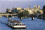 France, Paris, bateau-mouche sur la Seine, l'île de la Cité et Notre Dame en arrière-plan