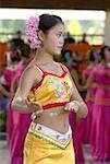 Xishuangbanna, Yunnan, la Chine, près de Jinghong, parc de minorité Dai, jeune danseuse Dai