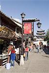 Chine, Yunnan, Dali, boutiques et ancienne porte de la ville