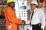 Travailleurs en serrant la main dans l'usine de traitement des eaux