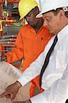 Travailleurs en regardant Document ensemble
