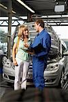 Mechaniker und Frau in der Garage
