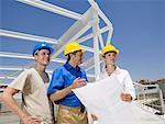 Ingénieurs et travailleur de la Construction sur le chantier de construction