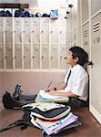 Ein Student Studium in den Flur der Schule