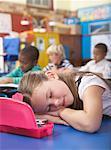 Schüler in Klasse schläft man