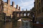 Touristes en Punts, pont des soupirs, Université de Cambridge, Cambridge, Angleterre