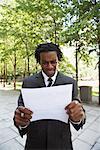 Document de lecture en colère homme d'affaires