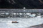 Zodiak bateau et bateau de croisière dans l'eau glacée, Chili, Patagonie