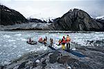 Personnes en arraisonnant des navires Zodiak glacée eau, Chili, Patagonie