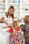 Mutter und Kinder in Küche