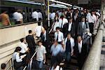 Gens dans la gare de Shinbashi, Tokyo, Japon
