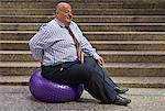 Homme d'affaires en utilisant le ballon d'exercice