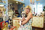 Porträt von Aushilfsverkäufer halten ihren Hund