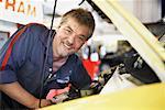 Mechaniker arbeiten auf Auto