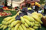 Bananes et raisins au marché fermier