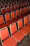Leere Stühle in Reihen