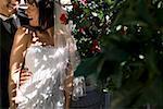Mariée et le marié debout ensemble dans un jardin