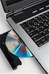 Eine CD gestempelt 'Top Secret' im Laufwerk eines Laptop-Computers