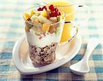 Fromage blanc avec le muesli et salades de fruits
