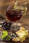 verres de rouge et blanc vin avec grappes de raisin