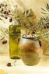 Bouteille d'huile d'olive et le pot d'olives