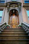 Étapes et porte d'entrée de Brownstone, Brooklyn, New York, USA
