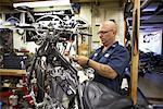 Mechaniker arbeiten auf Motorrad