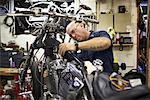 Mechanice arbeiten am Motorrad