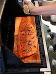Mann, die Zubereitung von Fischen auf Grill