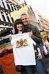 Paar mit T-shirt bei Street Vendor, Amsterdam, Niederlande