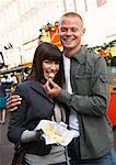 Paar Käse essen, Markt, Amsterdam, Niederlande