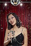 Frau mit Mikrofon unter Disco-Kugel
