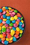 Nahaufnahme einer Schale gefüllt mit bunten Bonbons