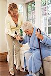 Senior femme recevant une aide avec mise en dehors du président