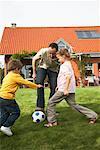Famille jouant au Soccer