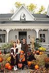 Porträt der Familie stehen vor Haus an Halloween