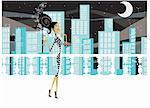 Femme debout avec un verre sur une terrasse avec un fond de ville