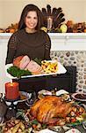Frau Thanksgiving-Dinner serviert