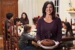 Femme tenant un Dessert au dîner de famille